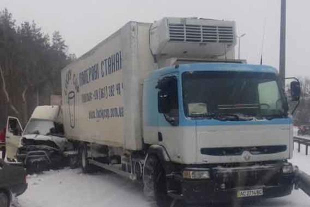 Под Киевом произошло серьезное ДТП с участием фуры