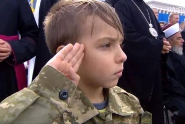 Внук Ады Роговцевой стал героем парада в Киеве