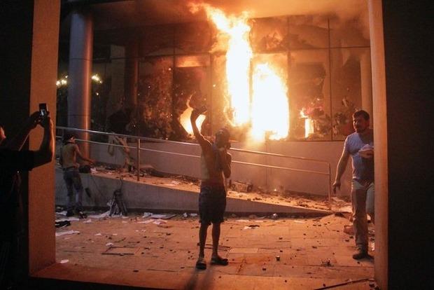 В Парагвае демонстранты захватили и подожгли здание парламента