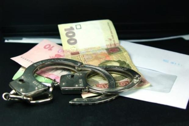 Суд на два месяца арестовал следователя полиции, пойманного на крупной взятке