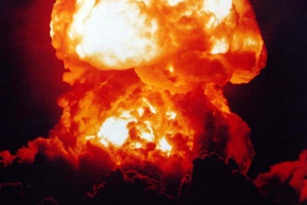 В Торезе мощные взрывы. Идет черный дым