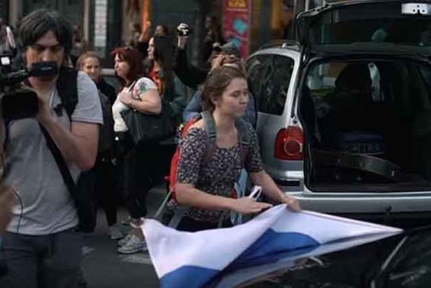 В Праге выгнали из города россиян. Видео позора