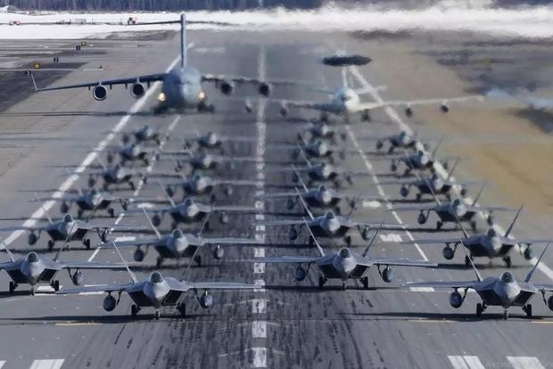 Сигнал для РФ: США одночасно підняли в повітря 24 винищувачі F-22