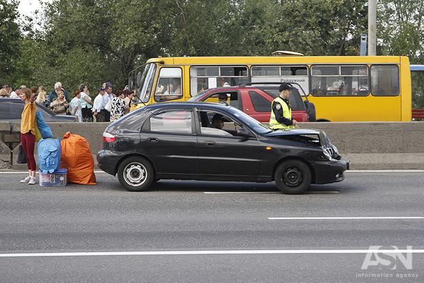 В Ивано-Франковской области автомобиль влетел в остановку, есть жертвы