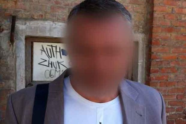 В Киеве рецидивисты с электрошокером напали на девушку