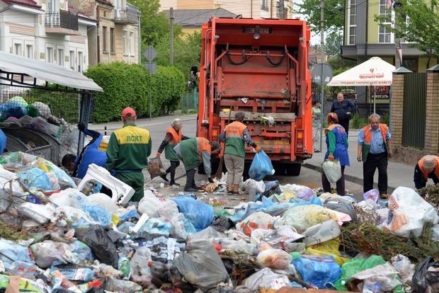Львовяне устроили баррикаду из мусора на улице города