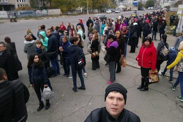 Сотни людей наостановках: вХерсоне бастуют водители маршруток