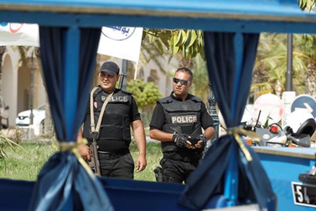 В Тунисе суд отправил за решетку влюбленную пару за секс в машине