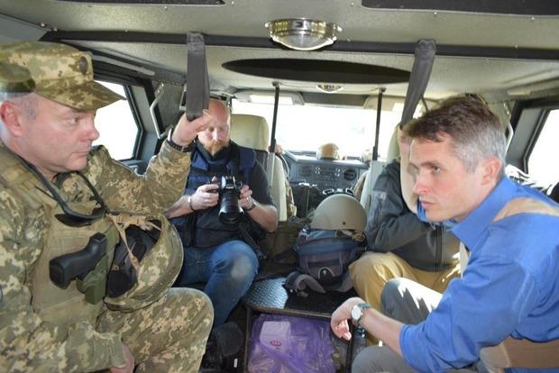 Министр обороны Британии побывал на передовой Донбасса