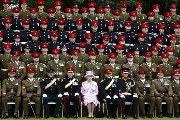 Британская армия выходит на улицы городов защищать народ от террористов