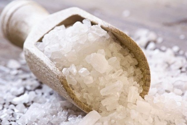 Лечит бессонницу, возвращает счастье: 5 способов защиты солью от зла