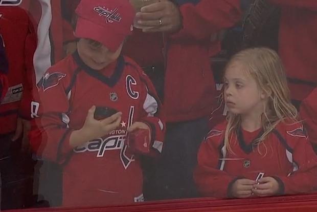Как хоккеист отчаянно пытался дать шайбу девочке. Душевное видео