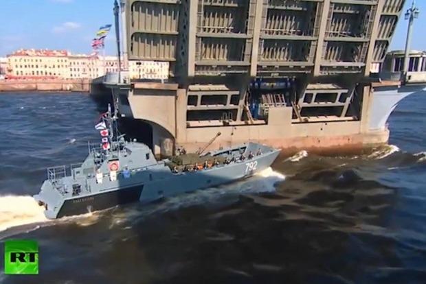 В Петербурге десантный катер во время парада врезался в мост