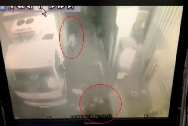 Появилось видео убийства полицейским грабителя в магазине Харькова