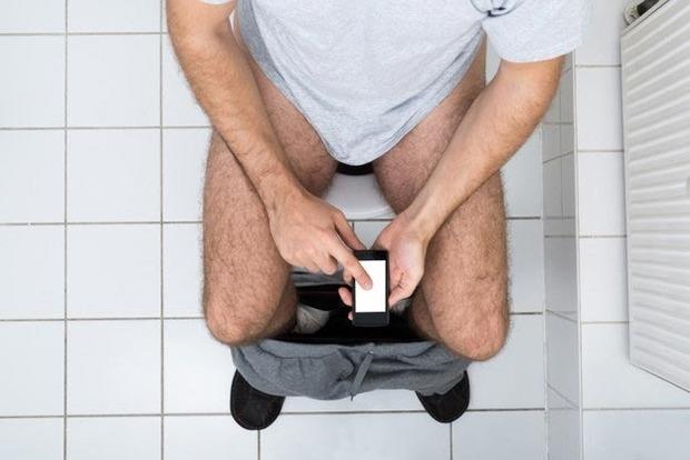 Сидит в туалете — img 3