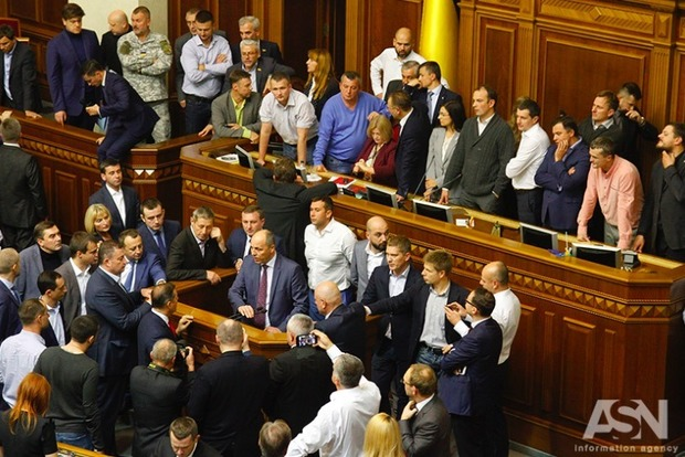 Дымовые шашки в Раде: депутаты приняли второй закон по Донбассу