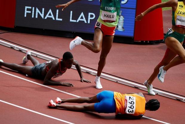 Олимпийский характер. Упавшая спортсменка все равно обогнала конкурентов и выиграла забег
