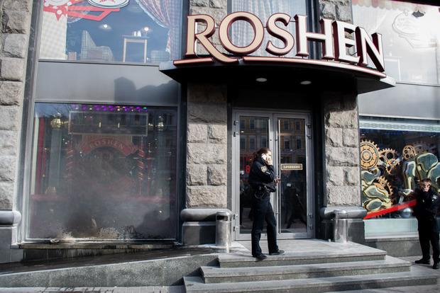 У центрі Києва в магазин Roshen кинули вибуховий пакет
