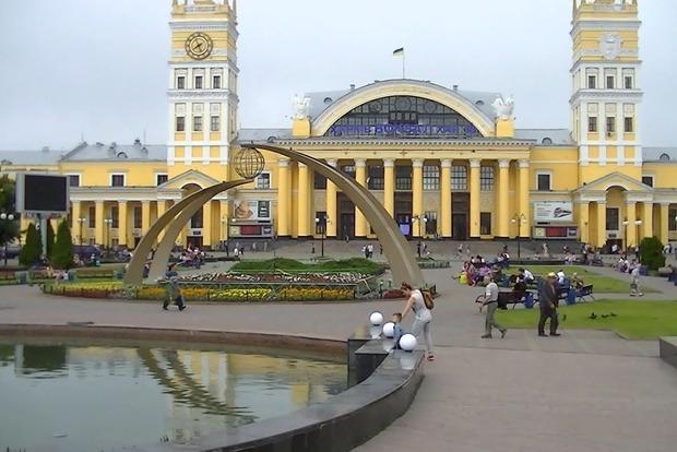 На вокзалі в Харкові 9-річна дівчинка кілька днів вартувала свою п'яну матір