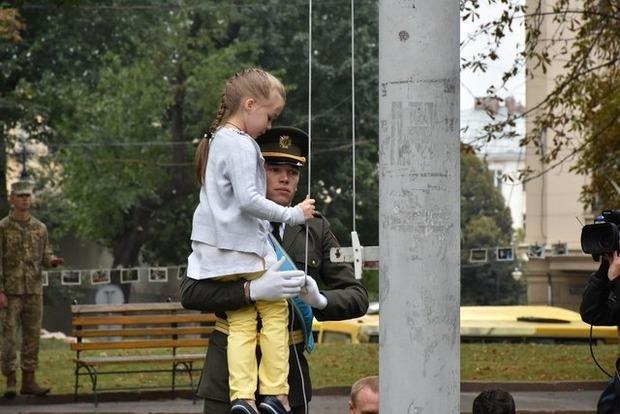 Во Львове государственный флаг Украины поднимала девочка из Луганска