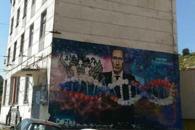 У Севастополі на будинку зафарбувати портрет Путіна з ДНК