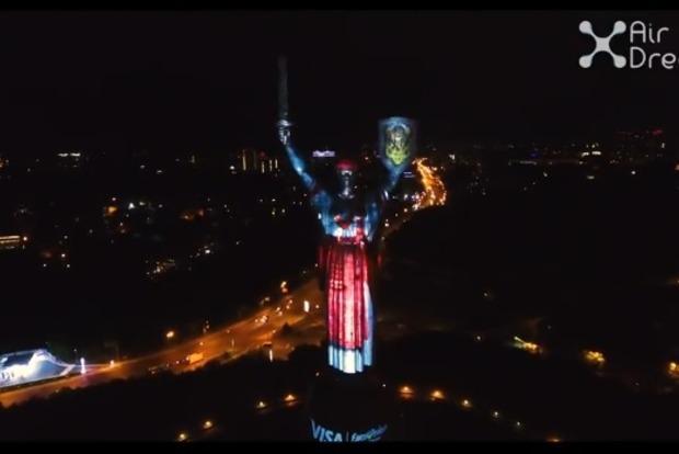 Родину-мать в Киеве нарядили в 14 национальных 3D-костюмов
