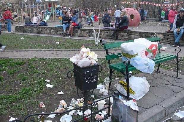 Коммунальщики Киева предлагают увеличить штрафы за брошенный мимо урны мусор
