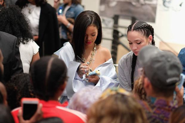 Пышнотелая Рианна в шелковом платье и бриллиантах затмила всех на нью-йоркской вечеринке