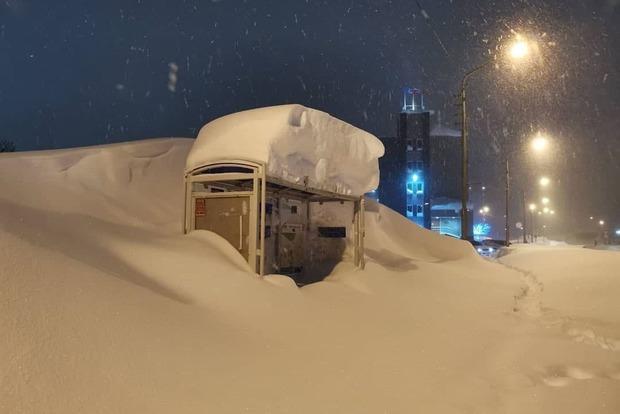 Есть на Земле такие места, где снега выше крыши - это норма. В Норильске за ночь высыпало 194% осадков от месячной нормы