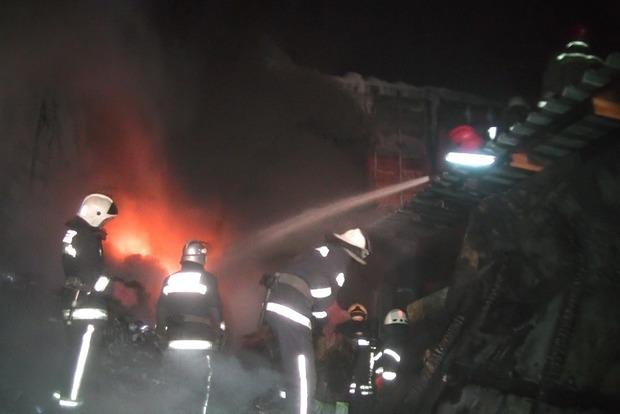 В Харькове спасатели почти десять часов тушили пожар на складе с горючим