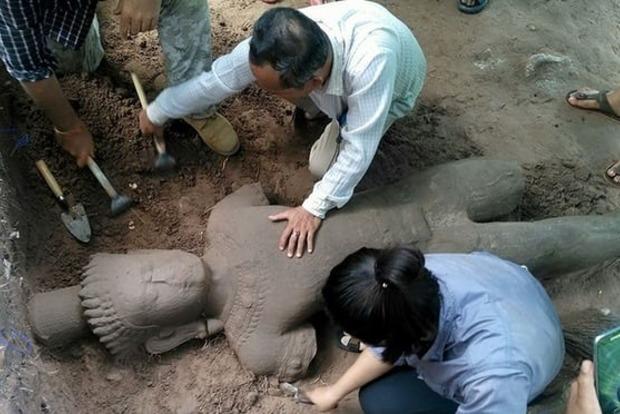 Археологи раскопали древнейшую статую вруинах Ангкора вКамбодже