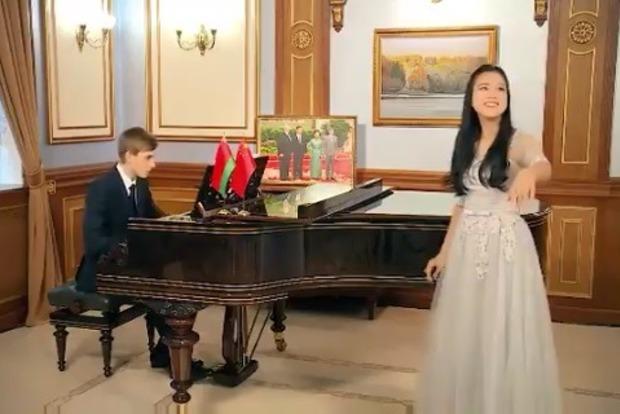 Сын Лукашенко сыграл на рояле и заговорил на китайском, в честь Нового года