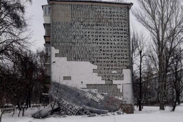 В Запорожье сильный ветер сорвал часть стены многоэтажки
