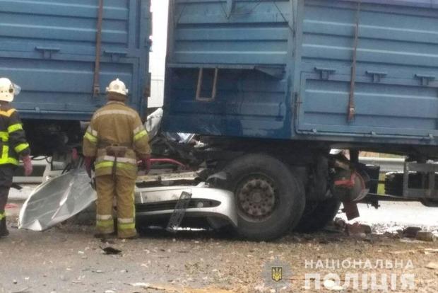 Машину зім'яло як папір. Старий ВАЗ погубив двох людей під вантажівкою