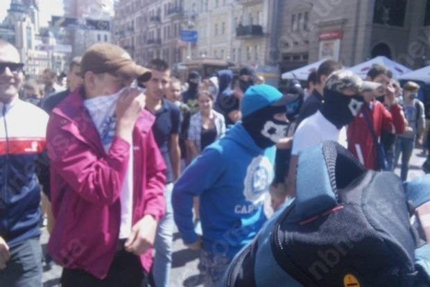 В центре Киева произошла драка между молодежью в масках и полицией
