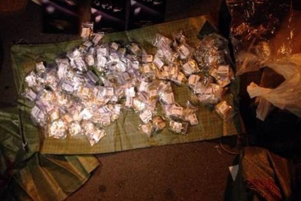 В поезде «Киев - Москва» обнаружили тайники со 100 кг янтаря и военным оборудованием