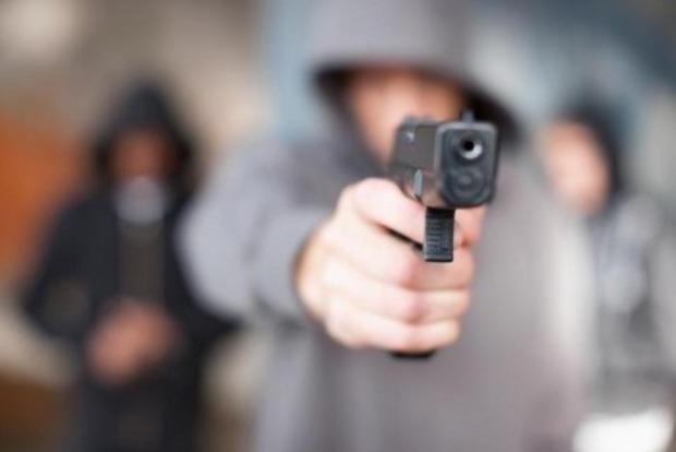В Киеве словесная перепалка на остановке перешла в драку со стрельбой