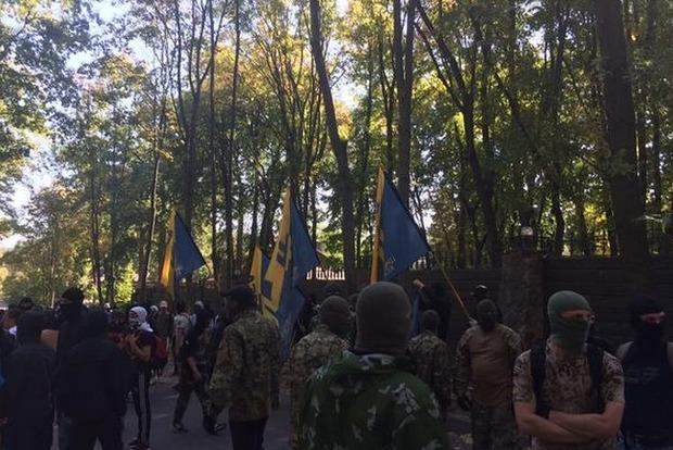 Полсотни молодых людей в балаклавах напали на дом Добкина