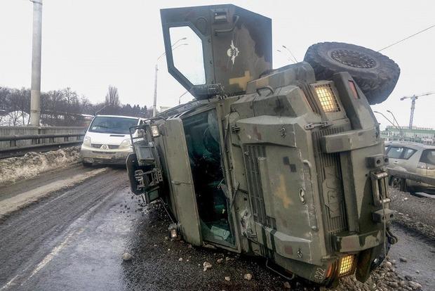 Возле метро в Киеве перевернулся военный бронеавтомобиль Cougar