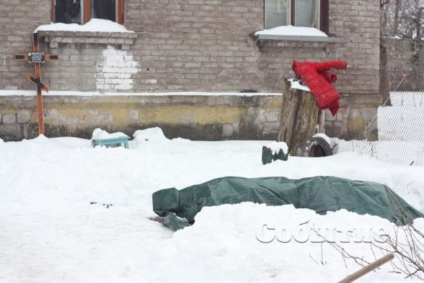 Гроб стелом неделю стоит водворе жилого дома вКаменском