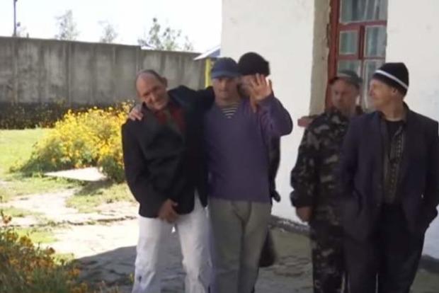 В психушке выходной: жители села на Житомирщине боятся выходить на улицу