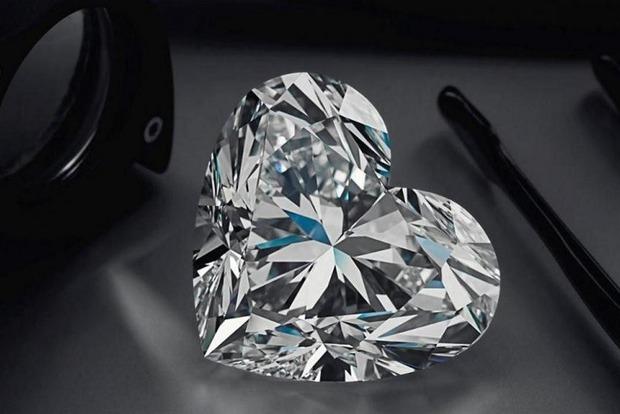 Бриллиант в виде сердца продали на аукционе за $14,9 млн
