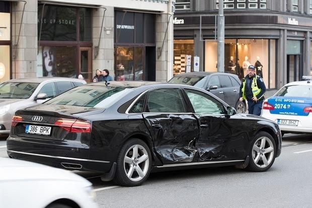 Премьер Эстонии врезался в Mercedes в центре Таллина