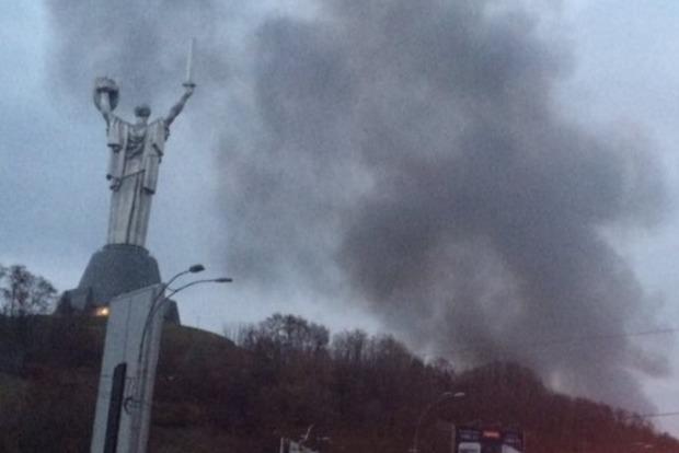 В Киеве возле Лавры пожар