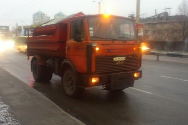 На дороги Киева уже высыпали 761 тонну песка и соли
