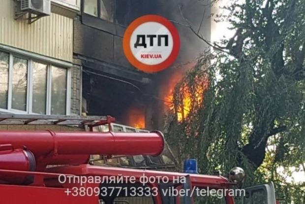 Возле Министерства транспорта в Киеве вспыхнул крупный пожар