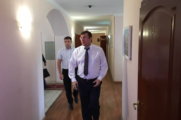Луценко стыдно идти в парламент и просить увеличения зарплаты