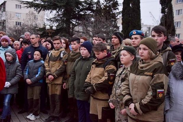 Крымские оккупанты согнали на траурный митинг детей в камуфляже