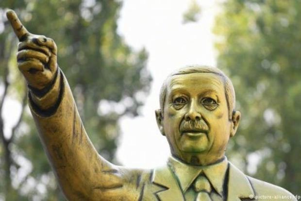 У Німеччині знесли золоту статую Ердогана