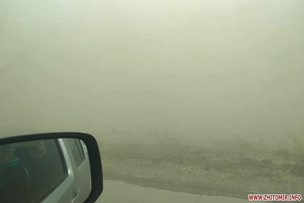 Видимость нулевая! Житомирскую трассу и Варшавское шоссе накрыла мощная пылевая буря (фото)